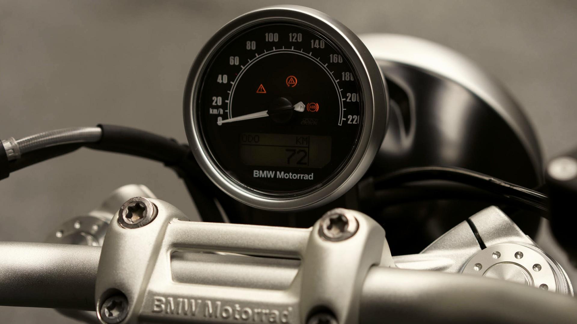 Класичний круглий спідометр.