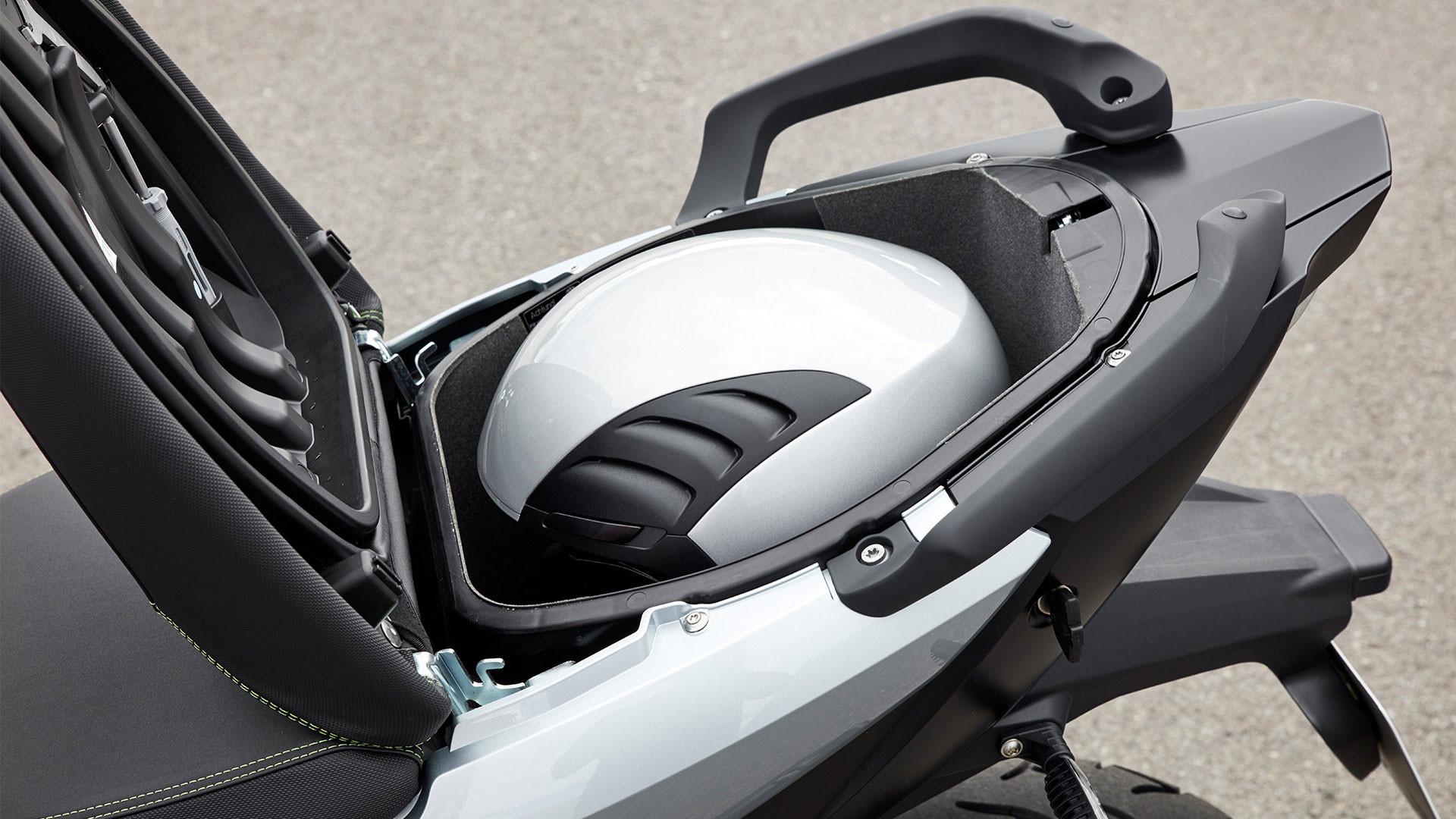 Практичный багажный отсек для шлема.