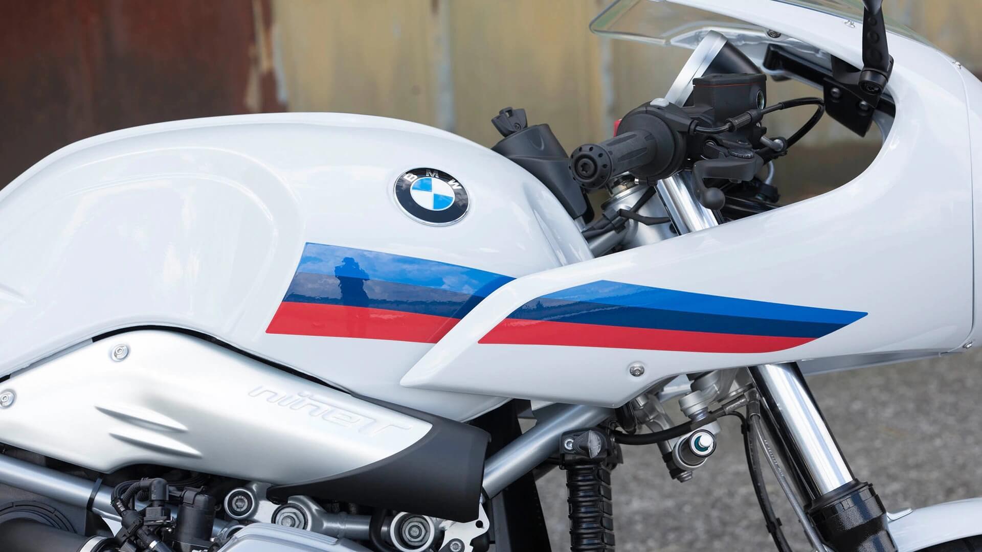 Деталі у кольорах спортивного відділу BMW Motorrad.